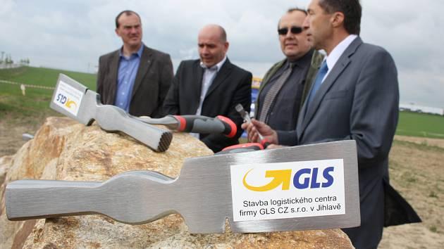 Do září vyroste v jihlavské průmyslové zóně národní centrála společnosti GLS. Včera byl na louce, kde zatím mezi hromadami hlíny pracují bagry, poklepán základní kámen.