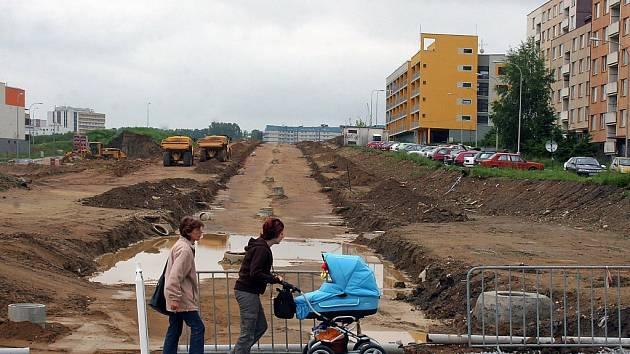 Prodlužka Vrchlického ulice z jihlavského sídliště Jarní k nemocnici čeká na lepší podloží a asfaltový povrch.