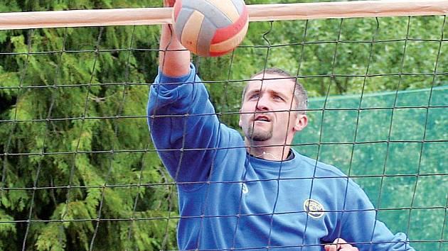 Nejlepším odpočinkem je sport. Lubomír Staněk nejraději relaxuje aktivně, proto nemohl chybět ani na tradičním míčovém sedmiboji v Bezděkově na Havlíčkobrodsku.