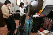Renáta Havlínová a Bohuslava Kolmanová z jihlavské radnice připravují autolékárničky na odvoz.