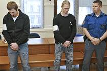Martin Andel (druhý zprava) a Jaromír Čech z Třebíčska si únosem půl milionu na splacení svých dluhů nevydělali. Naopak stojí před soudem a hrozí jim až dvanáct roků za mřížemi.