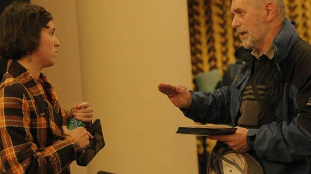 """Mluvčí hnutí """"Ne základnám"""" Ivona Novomestská (vlevo) se po ukončení besedy pustila do kultivované debaty s jihlavským manažerem ODS Erichem Janderkou."""