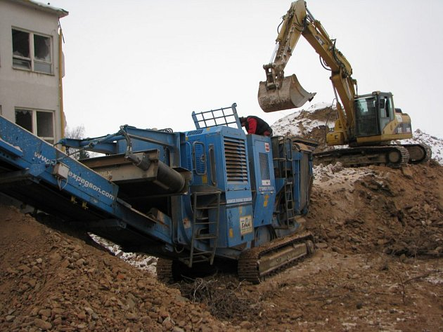 Firma PSJ nasadila na drcení suti anglický stroj Terex s výkonem až 300 tun za hodinu.