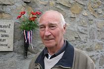 Karel Bečvář chodil do školy, když končila druhá světová válka. Na dění v roce 1945 zavzpomínal osmasedmdesátiletý ve čtvrtek na hřbitově.