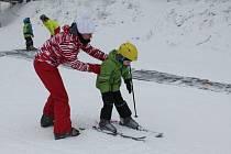 Začátečníci v lyžování si mohou na Šacberku (na snímku) stejně jako na všech ostatních sjezdovkách na Jihlavsku domluvit instruktora, který jim poradí, jak na to.