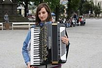Hře na akordeon se studentka Jana Blažková věnuje už od svých šesti let. Nejraději hraje populární nebo vážnou hudbu.