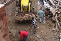Dělníci odklízejí pozůstatky po demolici části domu
