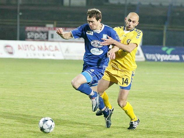 Jihlavští fotbalisté (ve žlutém dresu Peter Krutý) těsně porazili Vlašim 1:0 a udrželi tak domácí neporazitelnost. Navíc se soupeři v tabulce dotáhli na pouhý jeden bod.