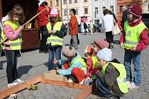 Pro děti byly připraveny v rámci oslav Dne Země hry a soutěže. Zábavnou formou samy zjistily například to, jaký je rozdíl mezi různými druhy kovů (na snímku).