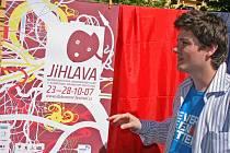 Svoji veřejnou premiéru zažil plakát Mezinárodního festivalu dokumentárních filmů Jihlava. Plakát, který již tradičně vytvořil přední český grafik Juraj Horváth, je letos podle ředitele festivalu Marka Hovorky velmi živelný a biologický.