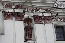 Sochu na dominantním kostele v centru Jihlavy už síť neochrání. Holubi si cestu dovnitř našli.