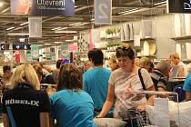 Zákazníci si prodejnu se zájmem prošli již den před oficiálním otevřením. Foto: Deník/