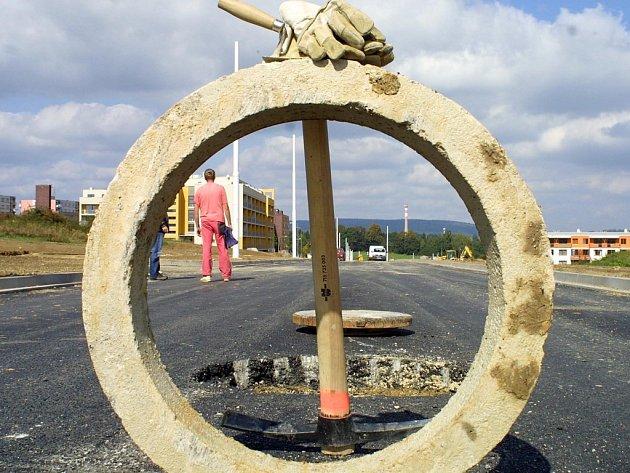 Práce na prodloužení Vrchlického ulice v Jihlavě spějí ke konci.