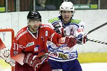 Třebíčští hokejisté (vpravo útočník Vilém Burian) ve středu vydřeli tři body v Olomouci. Díky skvěle zvolené taktice ubránili jindy vynikající olomoucký útok, a zaslouženě tak prodloužili svoji vítěznou sérii.