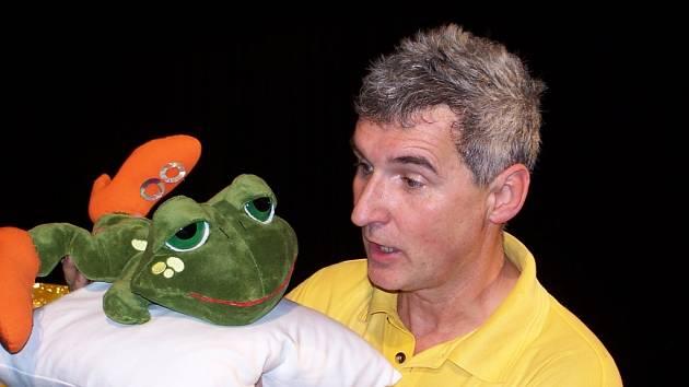 Oblíbený dětský komik Michal Nesvadba baví děti už řadu let v televizním pořadu Kouzelná školka.