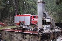 Při příjezdu hasičů již byla chata v chatové oblasti u rybníka Okrouhlík zcela zničena.