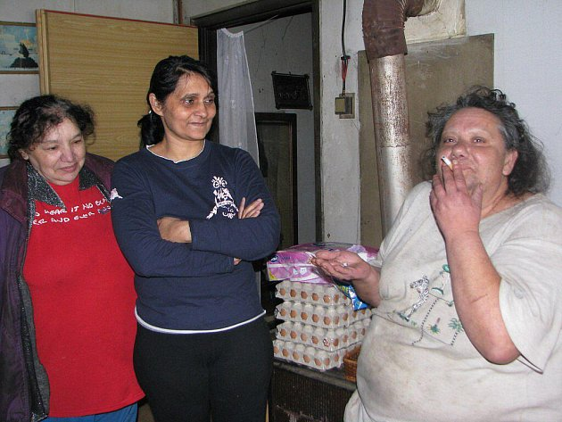 Trojice romských žen si dala chvilku oddechu u jedné z obyvatelek baráku, v němž bydlí několik rodin v Mirošově od roku 1986.