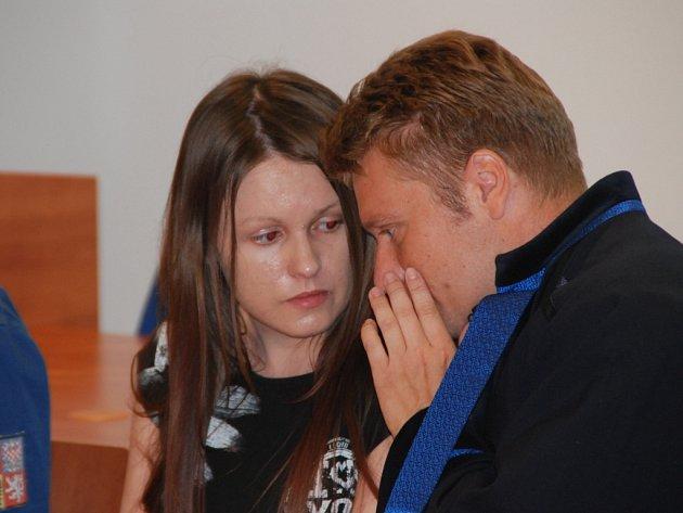 Barbora Orlová při poradě se svým obhájcem v soudní síni, kam ji přivedla eskorta spoutanou. Na sobě měla civilní oblečení.