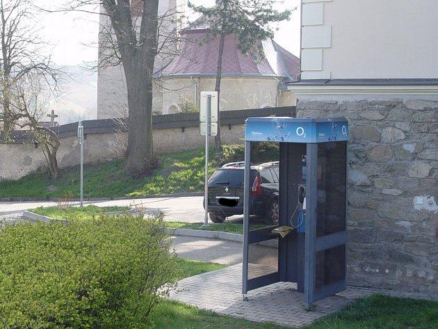 Telefonní budka ve Vyskytné nad Jihlavou, odkud v pátek anonym oznámil uložení bomby na záchranné službě, je v centru obce. Policie po pachateli zatím marně pátrá.