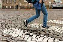 Kostky mizí. Hlučné kostky vystřídá asfalt. Ten má v ulicích ležet do konce roku. Ilustrační foto.