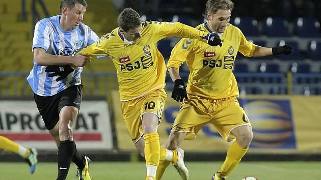 Záložník Marek Jungr (vpravo) bude i na jaře hájit barvy Jihlavy. Čtyřiadvacetiletý hráč Teplic si hostování na Vysočině prodlouží minimálně do konce června.