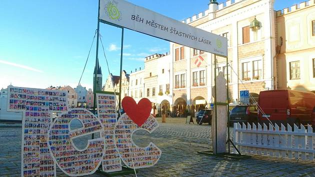 Startovní brána bude na náměstí v Telči celý týden.