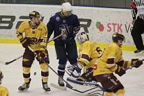 Jihlavští hokejisté (ve žlutém) musí čekat. Koho jim asi přiřkne předkolo play-off do čtvrtfinálových bojů?