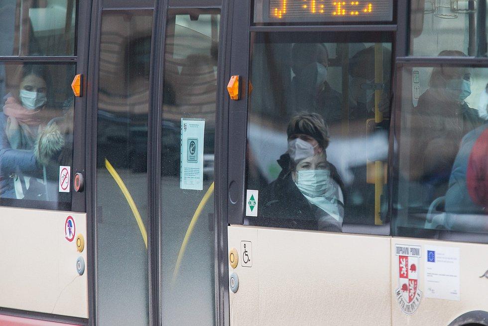 Povinnost zakrytí úst a nosu v MHD v Jihlavě. Nově ode dneška musí mít všichni respirátory.
