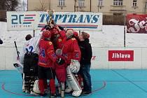 Jihlavský A-tým drží pohár pro vítěze Vrťas Cupu.