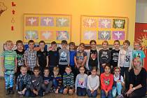 Na fotografii jsou žáci 1. třídy Základní školy v Kamenici. V letošním roce nastoupilo 24 prvňáků. Jejich třídní učitelkou je Dagmar Klinerová (vpravo). Základní školu v Kamenici navštěvuje ve školním roce 2017/2018 228 žáků v devíti ročnících.