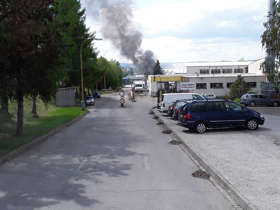 K požáru přístřešku vyjížděli ve středu po tři čtvrtě na tři hasiči do průmyslové zóny Hruškové Dvory u Jihlavy.