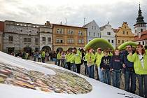 Návštěvníci letošního Festivalu rekordů a kuriozit se mohou těšit na mnoho nových rekordů. Loni například Pelhřimov spatřil obří logo z koláže lidských fotografií (na snímku).