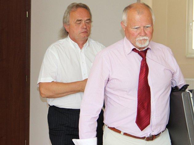 Bývalý předseda Jednoty Třešť Vladimír Lysý (v pozadí) vchází s obhájcem Pavlem Kasalem do soudní síně u Okresního soudu v Jihlavě.