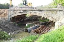 Takto pracoval bagr na mostě ve Vilémově ve čtvrtek před polednem. Do zřícení opravovaného mostu zbývaly zhruba tři hodiny. Po pádu zasypaly sutiny šest dělníků, čtyři z nich neštěstí nepřežili.