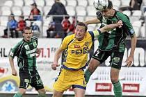Kapitán Filip Dort (ve žlutém) v pátečním zápase proměnil penaltu a zvýšil tak jihlavské vedení. Vysočina tak i díky tomuto gólu prodloužila vítěznou sérii už na šest výher v řadě.
