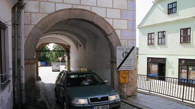 Na telčské náměstí se dá vjet pouze úzkou bránou. Vjezd do centra renesančního města je tak těsný, že se do něj nevejde hasičské auto.