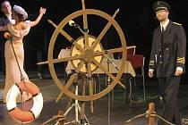 Slavnostní akt letošního zahájení MFDF byl koncipován jako plavba proslulého Titanicu, před potopením na konci večera se na pódiu tančilo i řečnilo u kormidla.