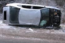 Vysoká rychlost a led zavinily nehodu osobního vozu Audi.