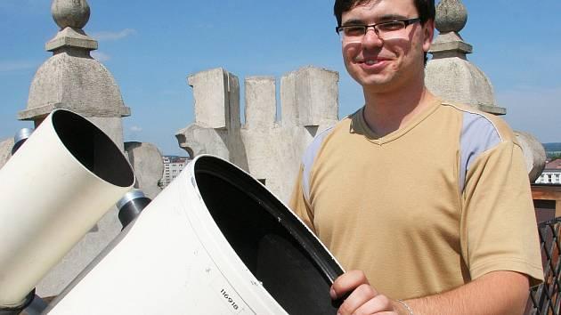 Jihlavský astronom Miloš Podařil u dalekohledu na vrcholu brány Matky Boží v Jihlavě.