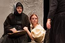 Jako Maryša se divákům v Horáckém divadle v Jihlavě v nejnovějším zpracování klasického dramatu představí Tereza Otavova, která na snímku klečí u babičky, již ztvární Anna Bazgerová.