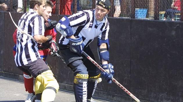 Jedním z tradičních pilířů Rybníkářů je znojemský hokejový útočník Aleš Padělek (v pruhovaném dresu s míčkem).