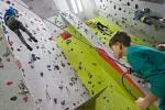 Školáci na lezecké stěně Wall street Tendon v rámci týdenního programu příměstského jarního tábora Domu dětí a mládeže Jihlava.