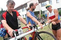 Pohoda, ale i mírná nervozita panovaly v depu. Zvlášť před startem cyklistické části triatlonu, kdy může zradit technika.
