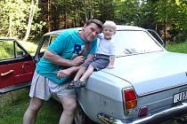 Vladimír Romanovský se synem Alexandrem. Za volantem téhle staré volhy z roku 1971 se vydal před čtrnácti lety do anglického Yorku, kde čtyři roky pracoval na tamější prestižní univerzitě.