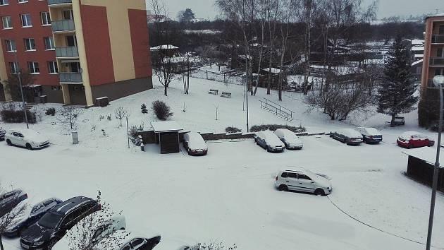 Sníh zasypal Vysočinu: v kopcích stojí kamiony. Nejhorší situace je na Třebíčsku
