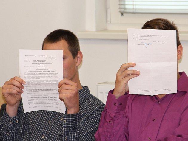 Martin Janíček (vlevo) a Jaromír Sedmík si  u soudu schovávali obličej.