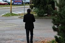 Jednačtyřicetiletý násilník odchází ze včerejšího líčení, které se konalo v jihlavském justičním areálu. Podobu ani plné znění jmen pachatelů domácího násilí nelze podle zákona zveřejnit, protože by tím bylo umožněno identifikování jejich obětí.