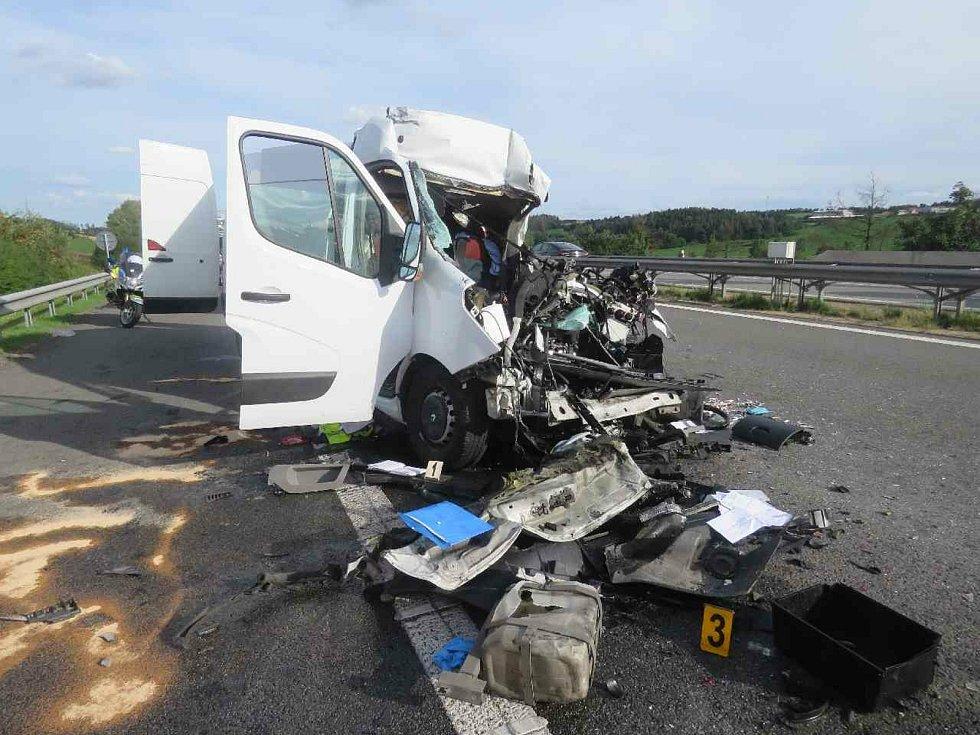 Na 139. kilometru ve směru na Prahu se srazilo nákladní auto s dodávkou a zcela zablokovaly provoz. V dodávkovém vozidle zemřel řidič.