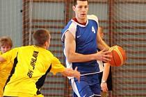 Basketbalista Petr Benda (v modrém) si po pěti letech zase zahrál v jihlavské hale, kde basketbalově vyrůstal. Český reprezentant se nejdřív chopil míče a přidal se k hráčům dorosteneckého výběru BC Vysočina, kteří divákům předvedli modelový trénink.
