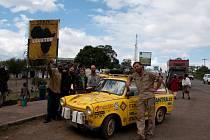 Afrika. I tu projel Dan Pribáň se svou dobrodružnou partou napříč ve svém žlutém trabantu v roce 2009. Před rokem se vydal zase na pouť po Jižní Americe, předtím po Asii.